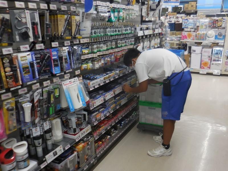 洋菓子店で職場体験中の生徒の画像